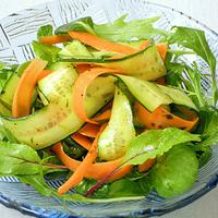 きゅうりとにんじんのリボンサラダの写真