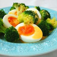 ブロッコリーと卵のアイオリソース添えの写真