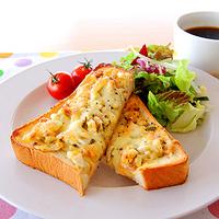 卵とハムのバジルマヨトーストの写真