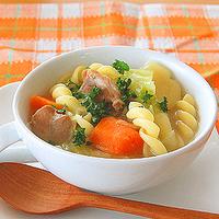 チキンとパスタの具だくさんスープの写真