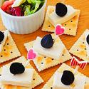 黒にんにくとチーズのカナッペの写真